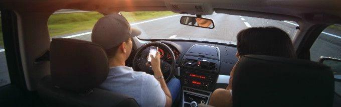 parlare_al_telefono_in_auto